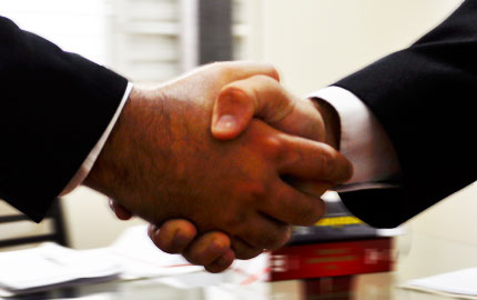 Advogados apertando as mãos