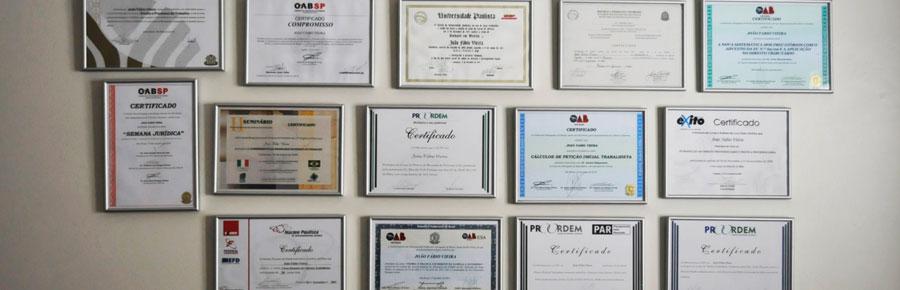 Foto das certificações OAB (Ordem dos Advogados do Brasil) dos advogados